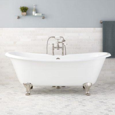 Белая ванная на ножках
