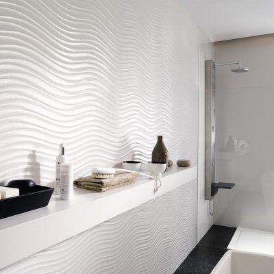 Белая стена в ванной