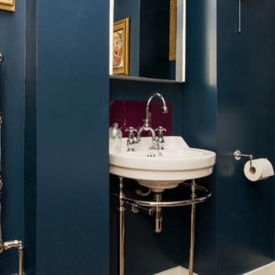 Темно синие стены ванной