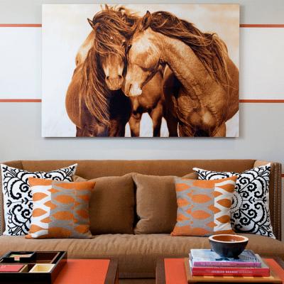 Лошади над диваном в прихожей