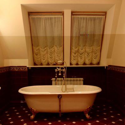 Ванна классика в мансарде