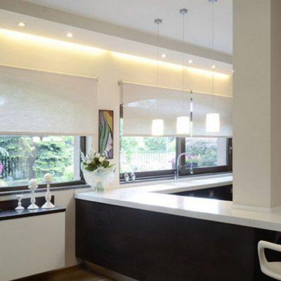 Современная чёрно-белая кухня в доме
