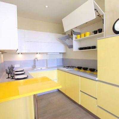 Бледно желтая кухня
