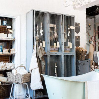 Шкаф с решеткой в стиле прованс