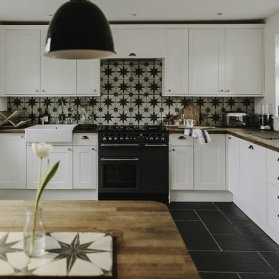 Черный абажур на белой кухне