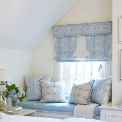 Нежная отделка спальни римскими шторами