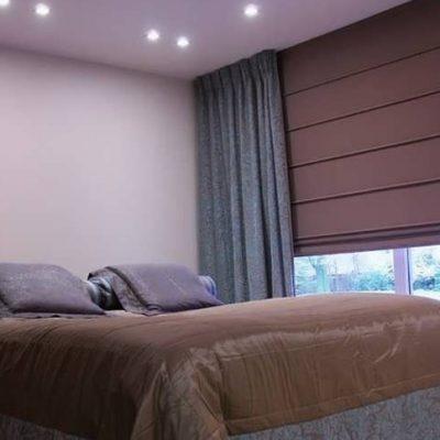Спальня с полузакрытыми римскими шторами