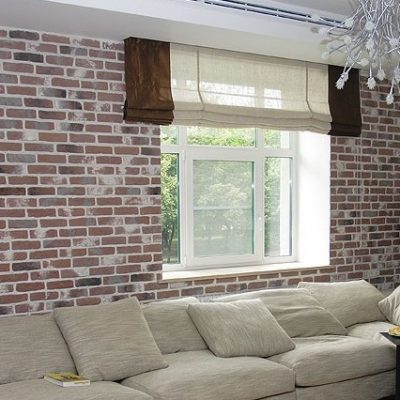 Кирпичная отделка стен и римские шторы отлично сочетаются