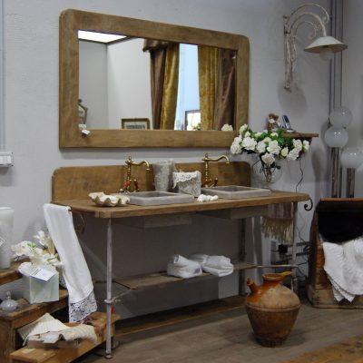 Большое деревянное зеркало в ванной в стиле прованс