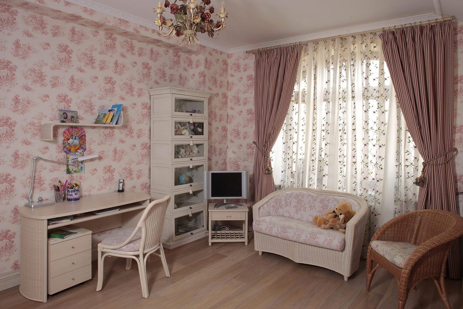 Классические шторы - это беспроигрышный вариант, они прекрасно смотрятся в любом интерьере, в том числе и в детской в стиле прованс