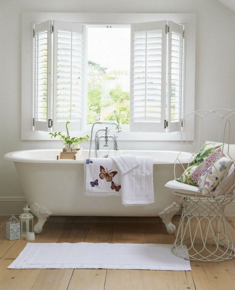 Доска на полу в ванной в стиле прованс