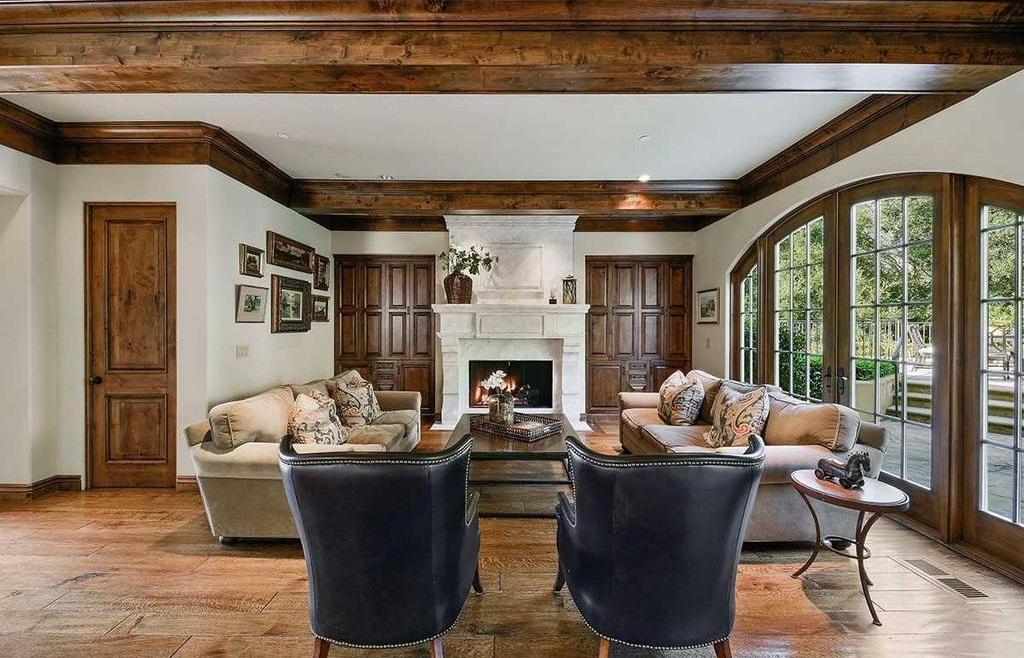 В зависимости от размера гостиной в ней может быть один или два дивана и пара кресел
