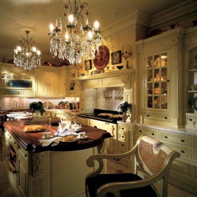 Богатая люстра на кухне