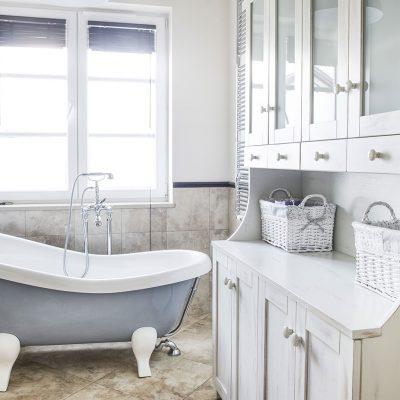 Комод и ванна в стиле прованс