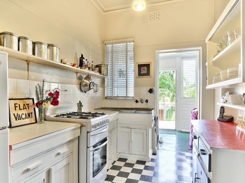 Чтобы создать ретро стиль на кухне, не обязательно покупать гарнитур, мебель может состоять из тумб, комодов и буфета