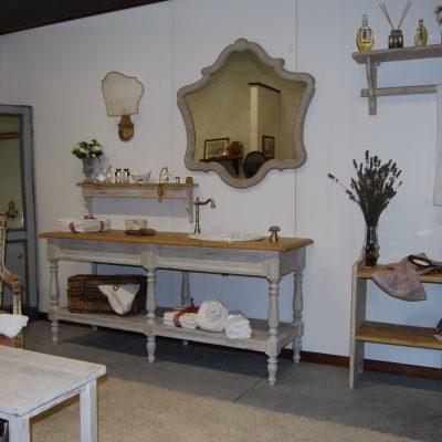 Мебель с резными ножками в ванной в стиле прованс