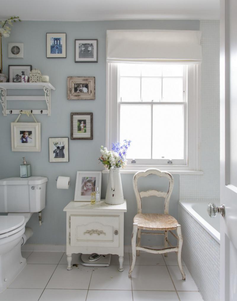 Оформление стен картинами в ванной в стиле прованс