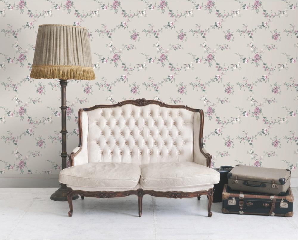 Наиболее часто дизайнеры для гостиной в стиле прованс выбирают обои с цветочным принтом