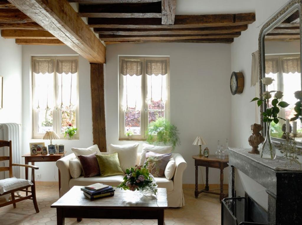 Традиционно стены в интерьере прованс покрывают штукатуркой