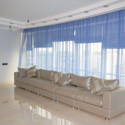 Римские шторы в большой просторной гостиной