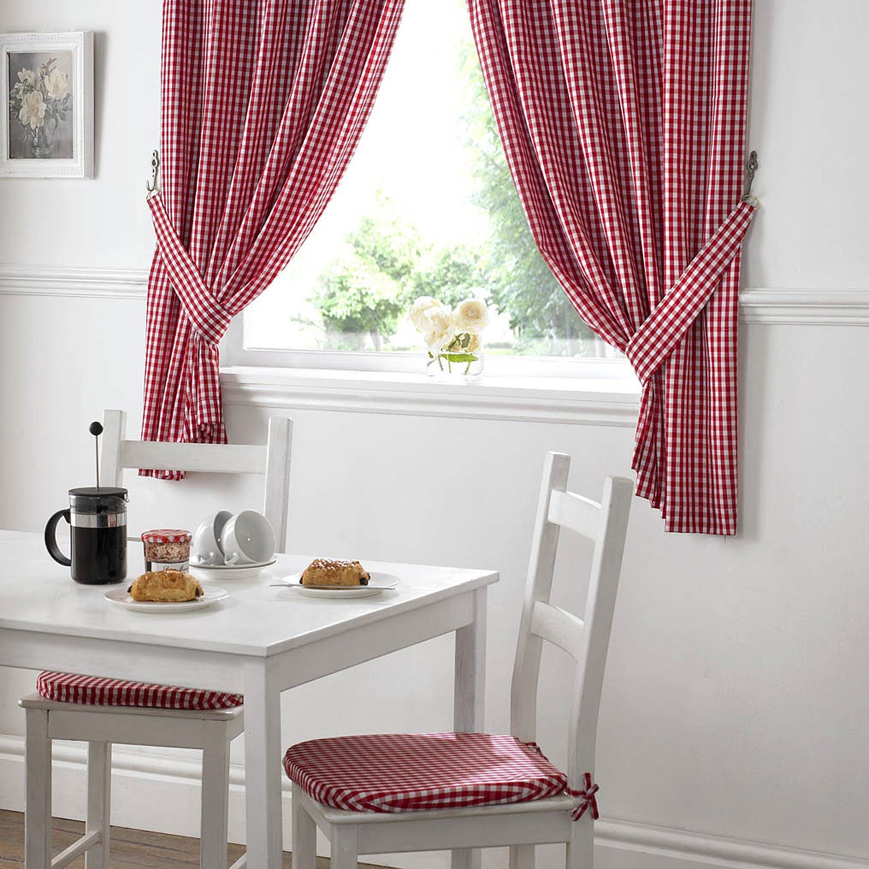 Чтобы кухня выглядела более гармонично можно шторы и, например, подушки на стулья выполнить из одного материала
