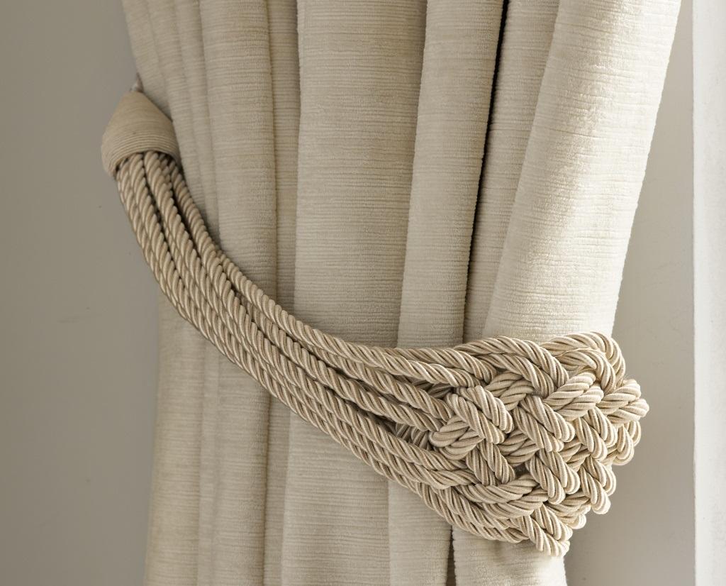 Подхват из плетеного жгута - простой способ украсить шторы