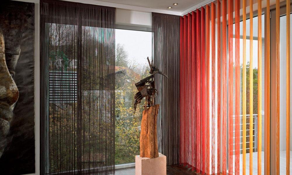 Разноцветные нитяные шторы с разными механизмами работы: по принципу горизонтальных жалюзи и римских штор