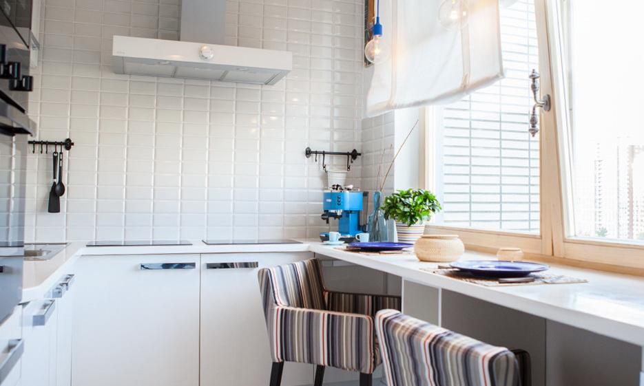 Обычно на кухне в скандинавском стиле нельзя увидеть шторы, но если в этом есть необходимость, то можно поступиться данным правилом