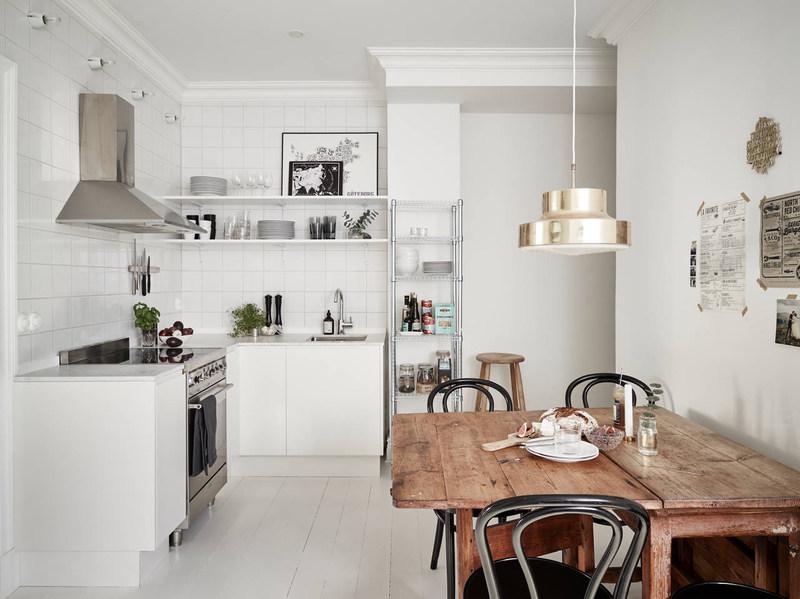 Угловая кухня в скандинавском стиле может быть обарудована как закрытыми, так и открытыми навесными полками