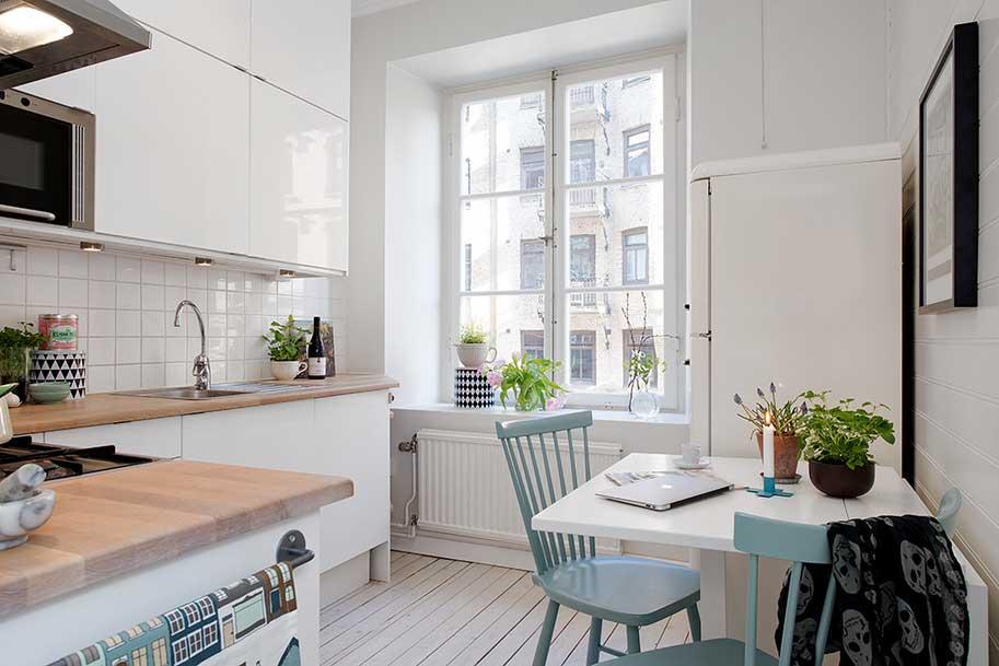 Маленькую кухню в скандинавском стиле можно сделать полностью белоснежной