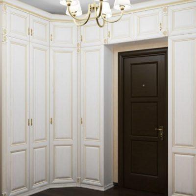 Шкаф белый с зеркалом вида купе в интерьере прихожей в классическом стиле на фото примере