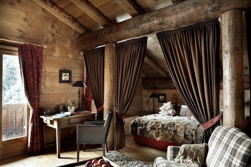 Спальня шале стиля со шторами