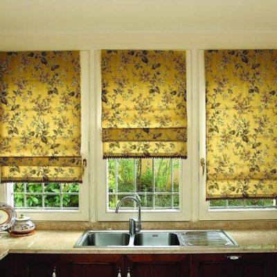 Вариант штор на кухню римские