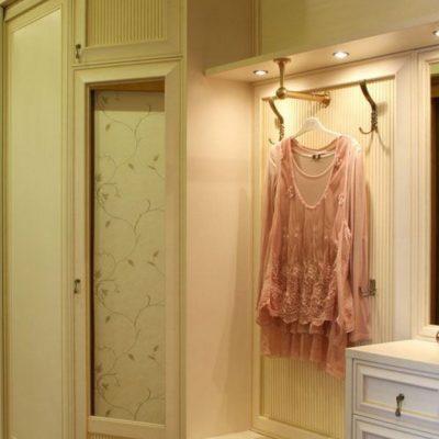 Модульный шкаф белого цвета в прихожую в классическом стиле