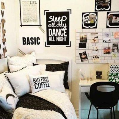 Декорация стен картинами и фото в комнате подростка в тумблер