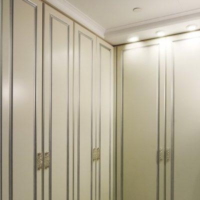 Модульный шкаф белого цвета в прихожую в классическом стиле на фото примере интерьера