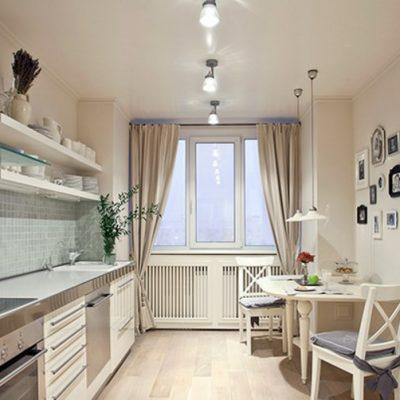 Кухня с окном и шторами