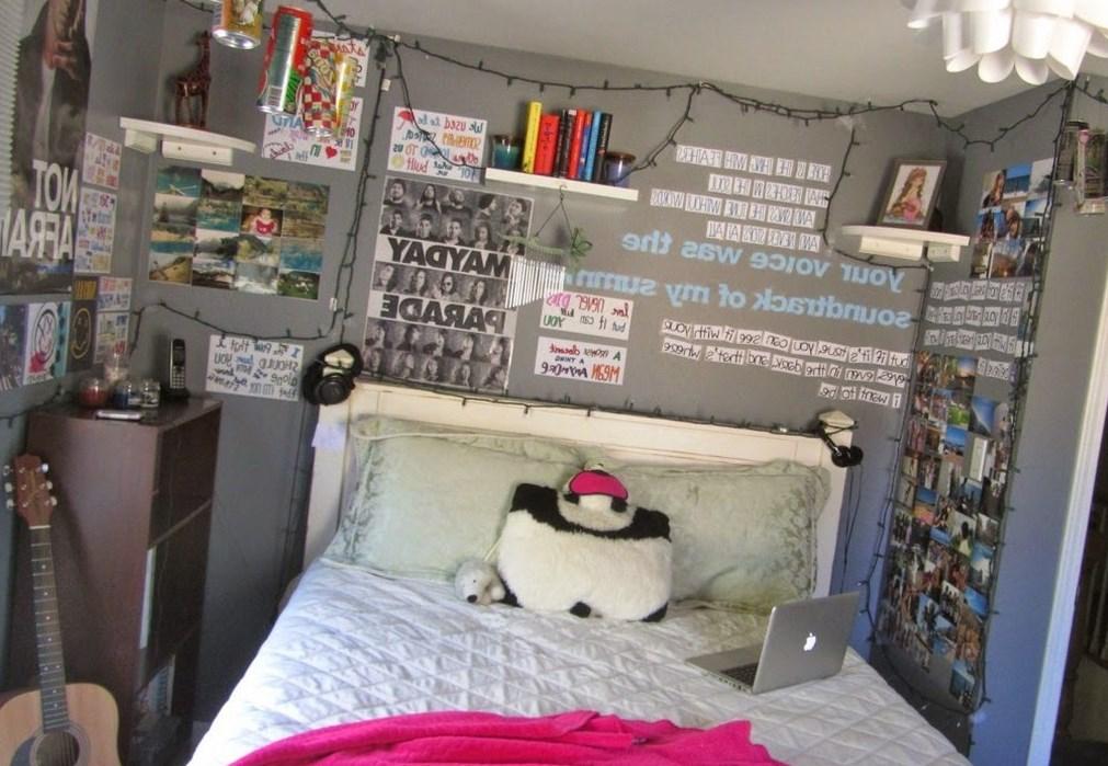 Декорация стен картинами и фото в комнате подростка в тумблер стиле на фото