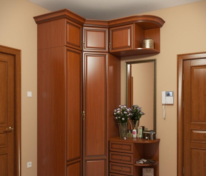 Коричневый шкаф из дерева модульного типа в прихожей классического стиля