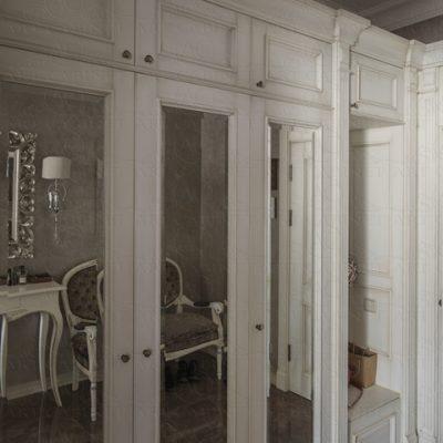 Шкаф белый в прихожей