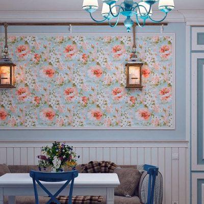 Обои с мелким узором и цветками на стенах кухни
