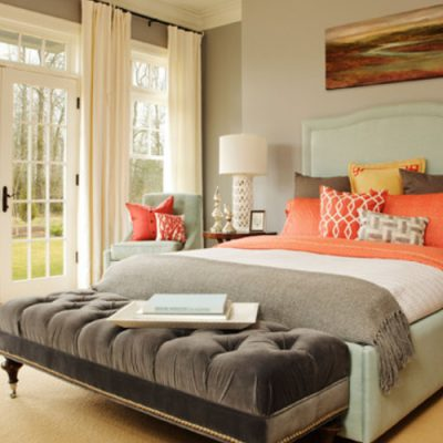 Низкая кровать в спальне