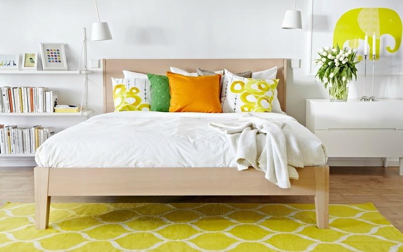 Яркая желтая спальня