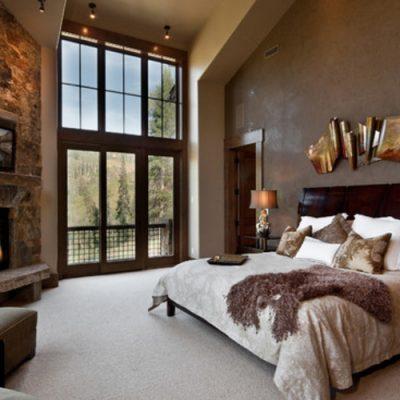 Спальня с окнами