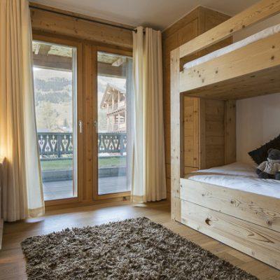 Отделка деревом стен спальни шале стиля