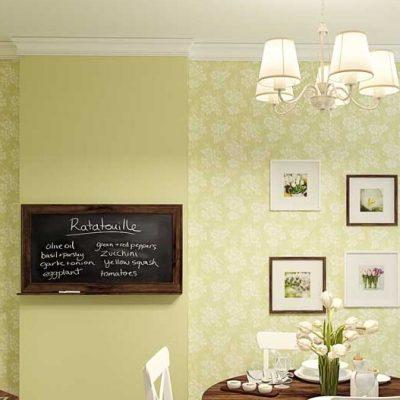 Обои с мелким узором и цветками на стенах кухни в прованс духе на фото