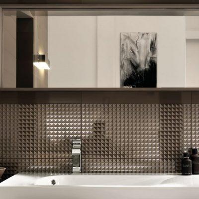 Блестящий кафель в ванной