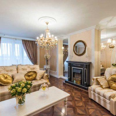 Стильная гостиная со шторами и камином