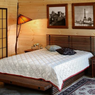 Спальня с кроватью и светильником