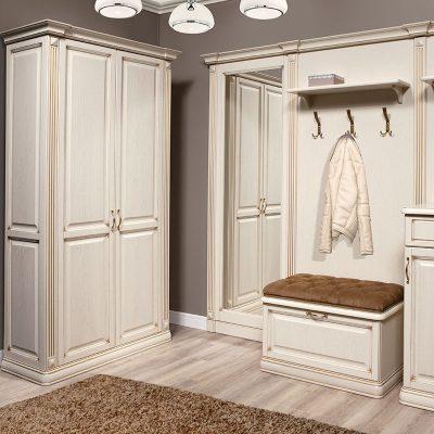 Шкаф белый с зеркалом вида купе в интерьере прихожей в классическом стиле